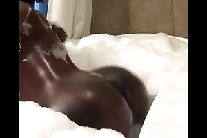 Sexy black girl twerking in the tub