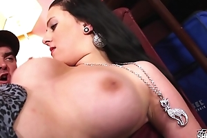 Chubby brunette offer her pussy to fake agent on casting